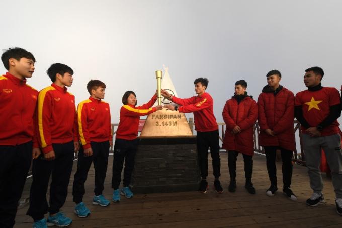 Các tuyển thủ U23 Việt Nam rước đuốc, truyền lửa cho đội tuyển bóng đá nữ quốc gia trên đỉnh Fansipan (3)