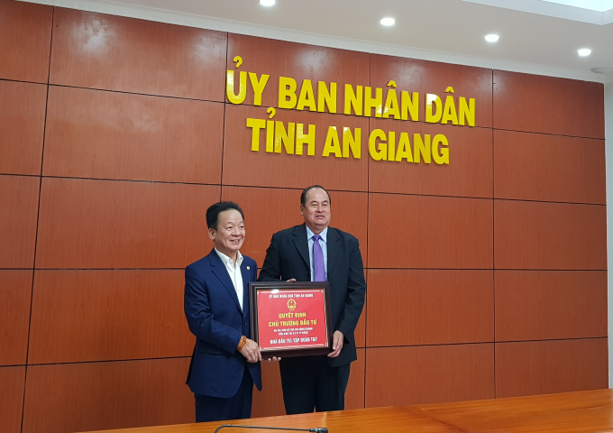 Ông Nguyễn Thanh Bình, Chủ tịch UBDN tỉnh An Giang trao quyết định chủ trương đầu tư 2 dự án khu đô thị mới cho ông Đỗ Quang Hiển, Chủ tịch HĐQT kiêm Tổng Giám đốc Tập đoàn T&T Group.