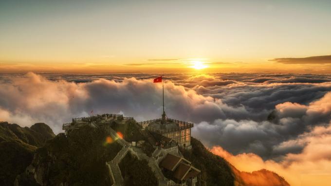 Fansipan bồng bềnh trong mây (ảnh Kiều Tú)