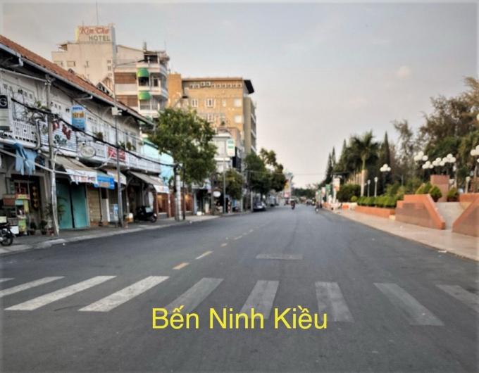 Bến Ninh Kiều trong sáng nay 1/4 lác đác người qua lại. Tuyến đường này vào ngày thường vào giờ tan tầm là nơi tập trung đông người.
