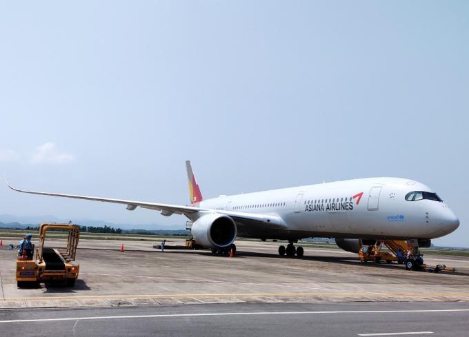 Chuyến bay chở 295 hành khách là các chuyên gia, kỹ sư Hàn Quốc hạ cánh xuống Vân Đồn sáng 4/5.