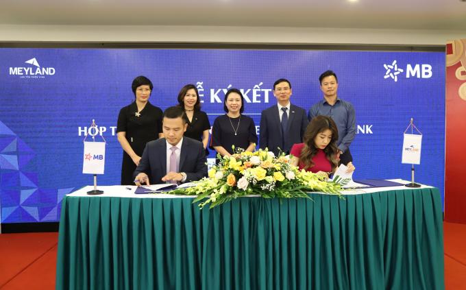 Bà Nguyễn Phương Anh - Thành viên HĐQT Công ty Cổ phần Bất động sản Tập đoàn Tân Á Đại Thành và Ông Hồ Mạnh Tùng – Giám đốc MBBank chi nhánh Từ Liêm ký thỏa thuận hợp tác toàn diện.