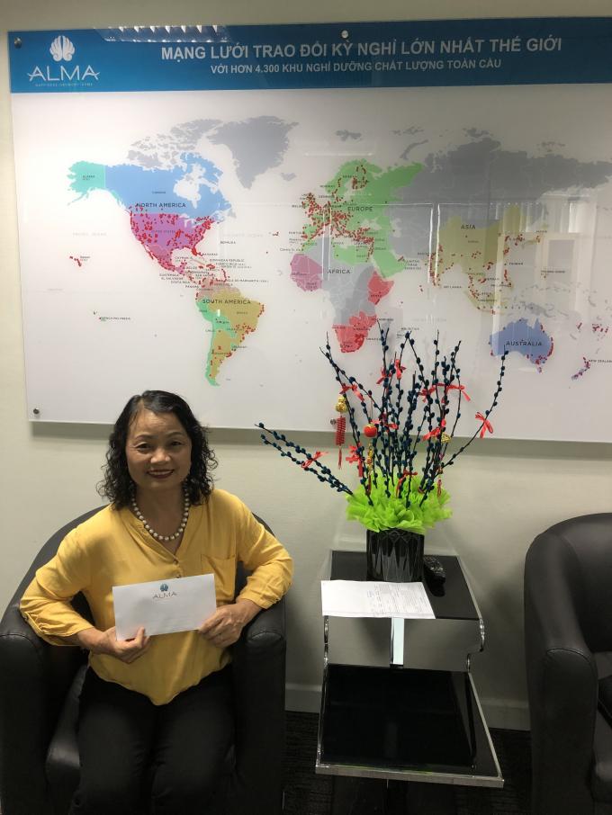 Cô Việt Hoa - khách hàng trúng thưởng 10 triệu đồng khi tham dự sự kiện Sở hữu kỳ nghỉ ALMA tại Hà Nội trong tháng 9/2020