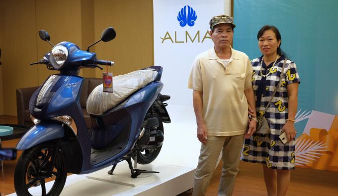 Khách hàng trúng thưởng xe tay ga khi tham dự sự kiện ALMA vào tháng 8/2019.