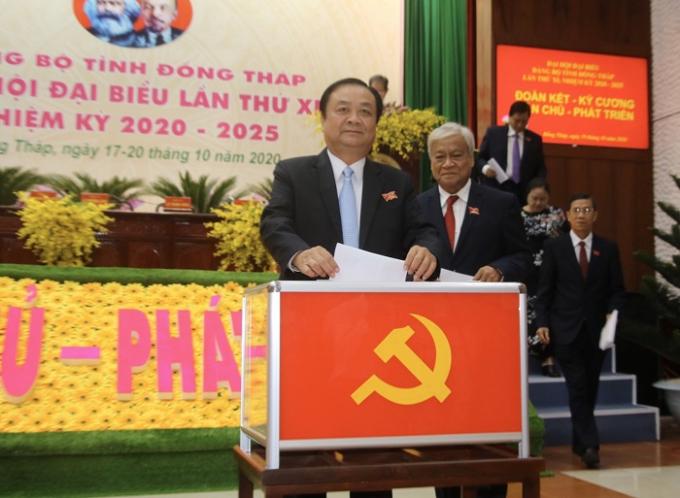 Các đại biểu bầu Ban Chấp hành Đảng bộ tỉnh khoá XI, nhiệm kỳ 2020 - 2025. Ảnh: Cổng TTĐT tỉnh Đồng Tháp