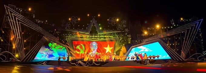 Chương trình văn nghệ chào mừng thành công Đại hội Đảng bộ thành phố lần thứ XVI, tối 16/10 tại quảng trường Nhà hát thành phố. Ảnh: Đức Nghĩa