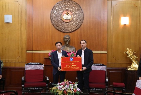Phó Tổng Giám đốc Đào Việt Ánh đại diện ngành BHXH Việt Nam trao số tiền hỗ trợ đồng bào miền Trung bị bão lũ đến Trung ương Mặt trận Tổ quốc Việt Nam