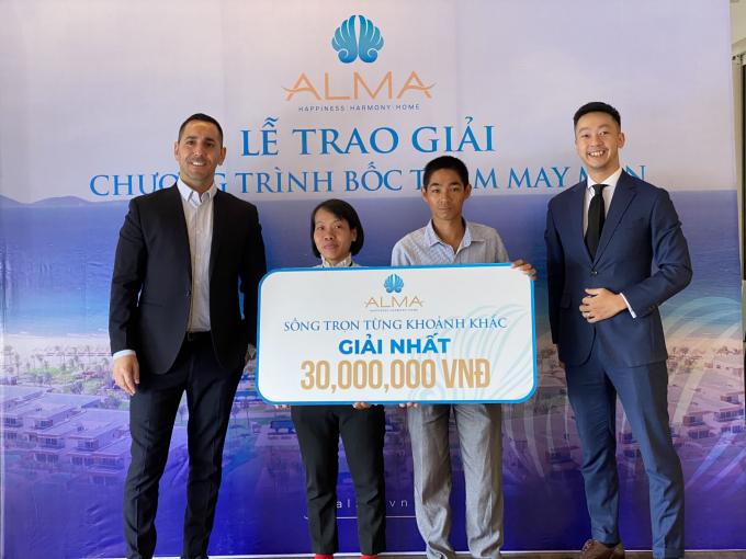 Gia đình chị Tạ Minh Tâm dành Giải Nhất từ Công ty ALMA trong chương trình
