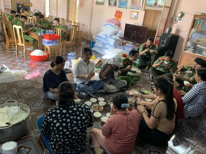 Để kịp gói xong 3.000 chiếc bánh, các nhóm tình nguyện phải thay phiên ăn vội bữa cơm