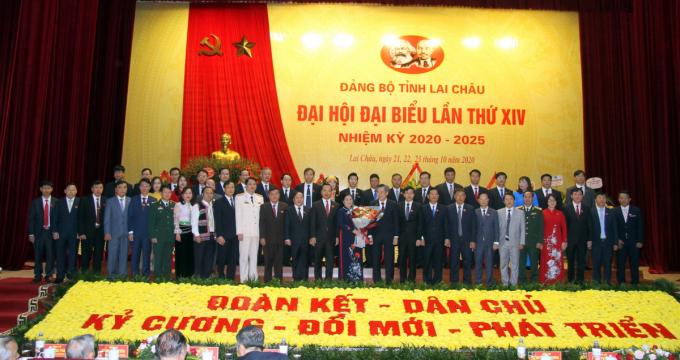 Đồng chí Nguyễn Quang Dương - Ủy viên Trung ương Đảng, Phó Trưởng Ban Tổ chức Trung ương tặng hoa chúc mừng Ban Chấp hành Đảng bộ tỉnh khóa XIV.