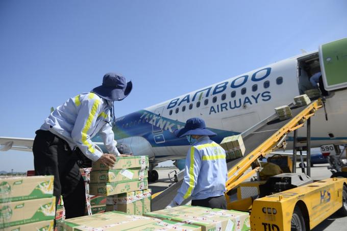 Bamboo Airways vận chuyển hàng cứu trợ tới miền Trung