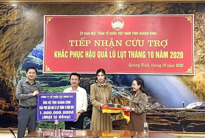Một đoàn công tác của FLC hỗ trợ tiền mặt khẩn cấp cho Quảng Bình trong ngày 10/10
