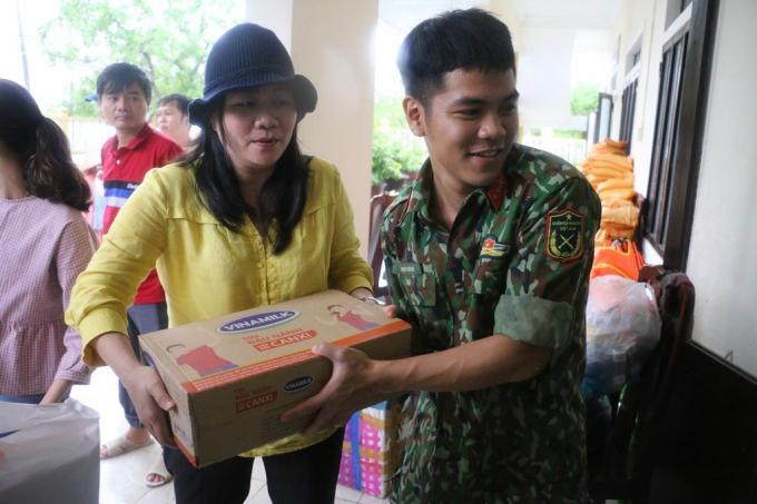 2.100 phần quà đầu tiên đã được trao đến tay người dân miền Trung đang gặp khó khăn vì bão lũ
