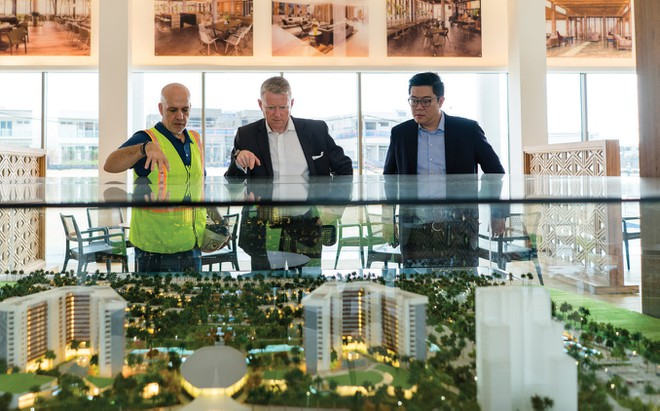 Ông Jonathan Mills (giữa), cựu Giám đốc điều hành RCI khu vực châu Á - Thái Bình Dương và DAE Global tham quan ALMA resort