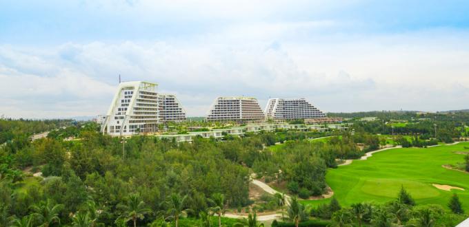 FLC Grand Hotel Quy Nhơn - đại công trình mới nhất trong quần thể FLC Quy Nhơn, sở hữu 1.500 phòng, có thể phục vụ đồng thời 3.500 khách - dự kiến được khánh thành trước cuối năm nay.