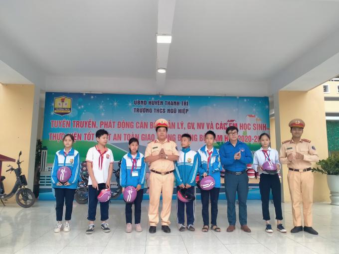 Đồng chí Phạm Tiến Đạt - Bí thư huyện đoàn trao quà cho học sinh