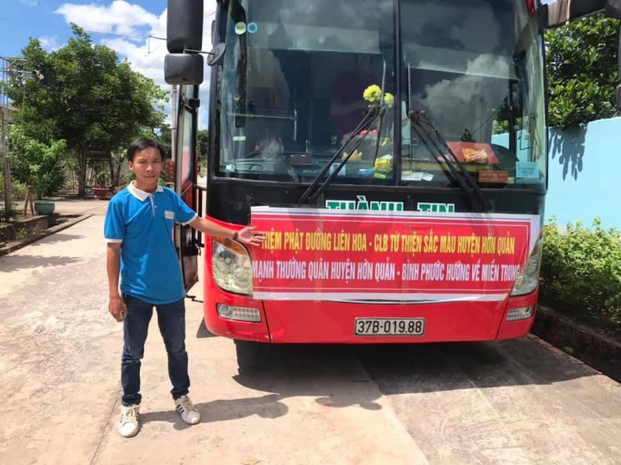CLB tình nguyện Sắc Màu (huyện Hớn Quản) tổ chức chuyến xe trao tặng quà cho người dân bị ảnh hưởng bởi lũ lụt