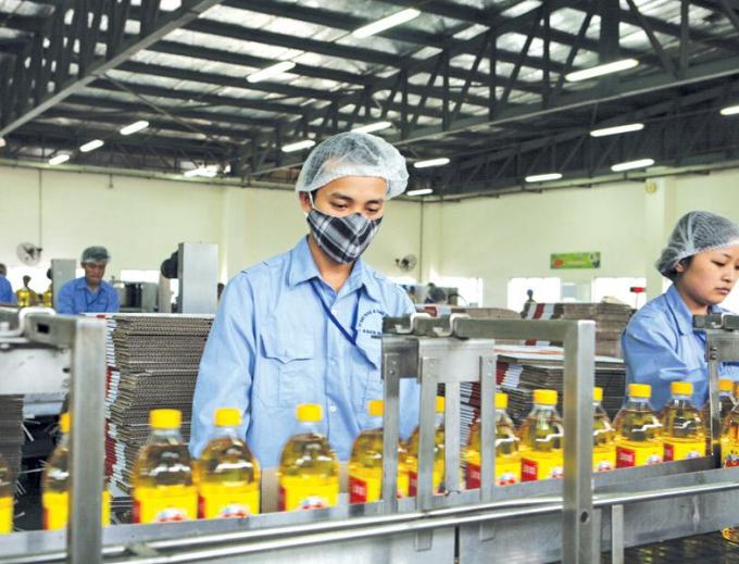Dây chuyền sản xuất dầu ăn tại một nhà máy của Vocarimex.