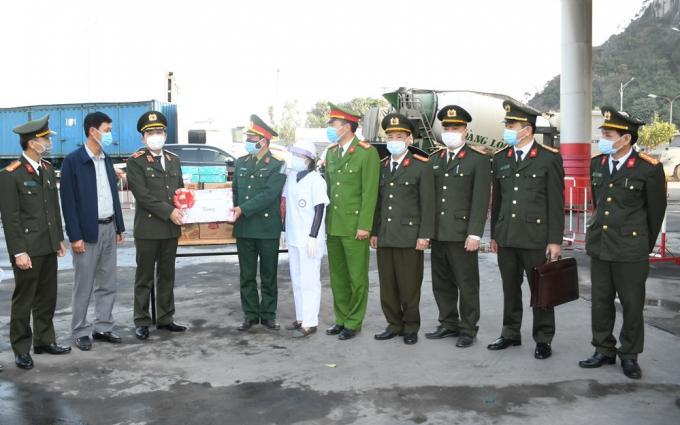 Giám đốc CATP Vũ Thanh Chương, tặng quà Chốt cầu Đá Bạc, huyện Thủy Nguyên