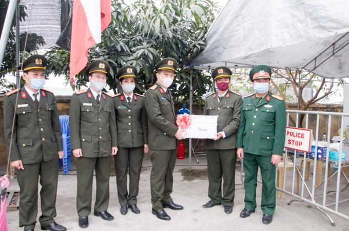 Phó Giám đốc CATP Lê Trung Sơn tặng quà, hỏi thăm chốt số 5 Ga Dụ Nghĩa, quốc lộ 5A