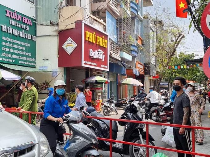 Lực lượng công an TP tại khu vực thực hiện giãn cách xã hội theo Chỉ thị 16 của Chính phủ