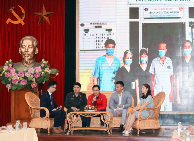 Bác sĩ Phạm Văn Phúc (áo đỏ) chia sẻ tại chương trình Giao lưu - Tọa đàm Gương điển hình tiên tiến do Báo Tuổi trẻ Thủ đô tổ chức.