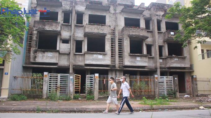 Nhiều căn, nhiều dãy biệt thự liền kề từ khi xây xong phần thô vẫn để không, hoang hóa, sụt lún xuống cấp trầm trọng.