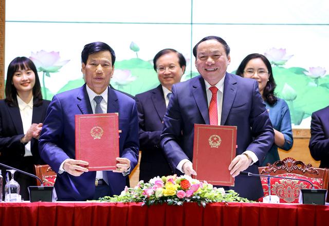 Nguyên Bộ trưởng Nguyễn Ngọc Thiện và tân Bộ trưởng Nguyễn Văn Hùng ký Biên bản bàn giao nhiệm vụ.