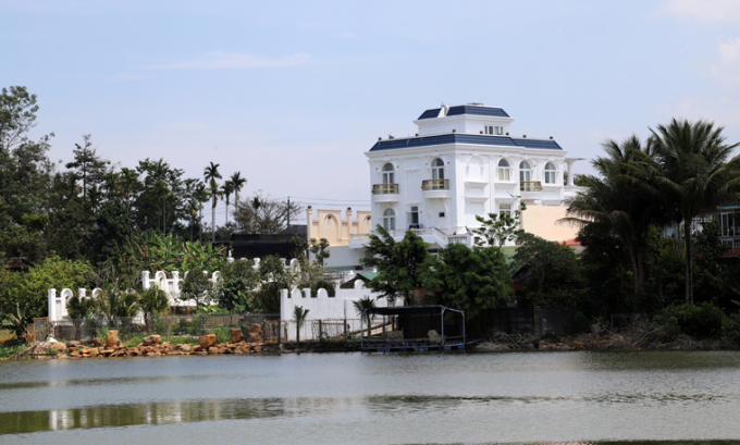 Căn biệt thự xây dựng không phép lấn hành lang an toàn hồ Nam Phương 1. Ảnh: baolamdong.vn
