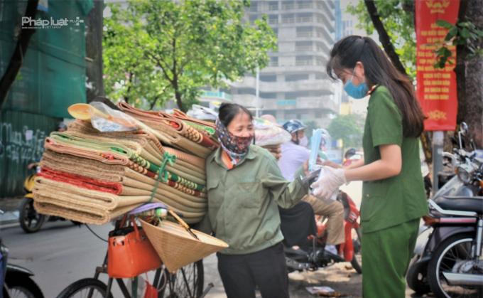 Các lực lượng chủ động tỏa ra các vị trí xung quanh khu vực chợ để tuyên truyền,hướng dẫn người dân thực hiện đeo khẩu trang đúng cách.