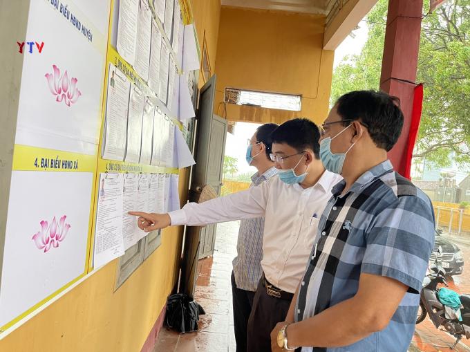 Đồng chí Bùi Quang Huy - Chủ tịch UBND huyện, Chủ tịch UBBC huyện Yên Dũng đi kiểm tra thực tế công tác bầu cử tại đơn vị bầu cử xã Xuân Phú (người đứng giữa)