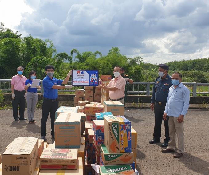 Bí thư Tỉnh Đoàn Bình Phước Trần Quốc Duy trao bảng tượng trưng các nguồn lực hỗ trợ huyện Ô Răng trong phòng chống dịch
