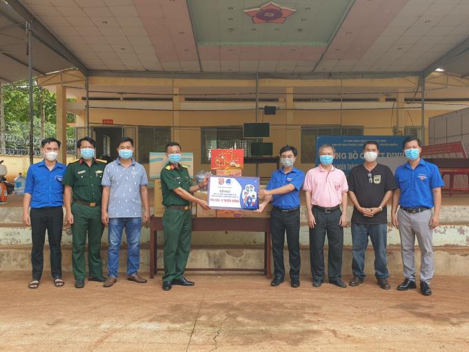 Bí thư Tỉnh Đoàn Bình Phước Trần Quốc Duy (thứ 4, trái sang) trao bảng tương trưng các nguồn lực hỗ trợ khu cách ly tập trung tại trường THPT Lộc Ninh (cũ), huyện Lộc Ninh