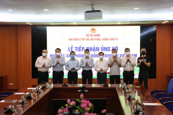 Đại diện Tập đoàn Sun Group trao 300 tỷ cho Quỹ vắc-xin.