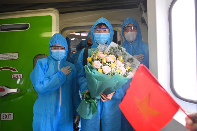 Đội phó Lương Xuân Trường nhận hoa và lời chúc từ đội ngũ Bamboo Airways.