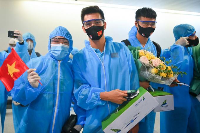 Tiến Linh chụp ảnh cùng người hâm mộ tại sân bay.