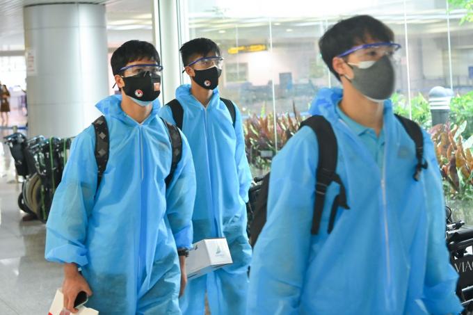 Các cầu thủ Công Phượng, Văn Toàn, Văn Đức di chuyển tại sân bay.