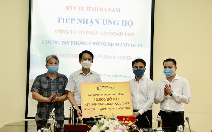 : Ông Trần Viết Huệ, Phó Giám đốc Sở Y tế, đại diện Ban Chỉ đạo phòng chống dịch COVID-19 tiếp nhận 10.000 bộ kit xét nghiệm nhanh COVID-19 do Tập đoàn T&T Group trao tặng