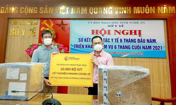 Đại diện Tập đoàn T&T Group trao tặng 10.000 bộ kit xét nghiệm nhanh COVID-19 hỗ trợ tỉnh Nghệ An phòng, chống dịch