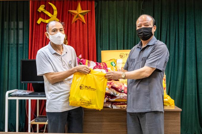 Ông Nguyễn Tất Thắng, Phó Tổng Giám đốc Tập đoàn T&T Group trao tặng các phần quà hỗ trợ cho người dân phường Phan Chu Trinh (quận Hoàn Kiếm).