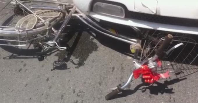 Chiếc xe đạp bị kéo lê và dính vào phía trước xe khách.
