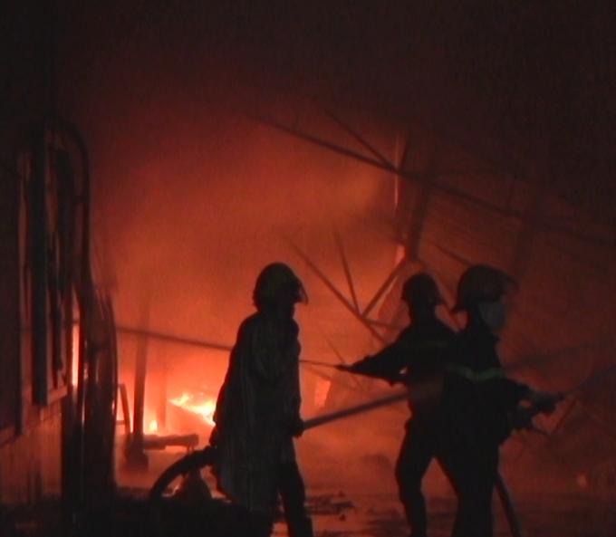 Các chiến sĩ PCCC căng sức dập lửa.