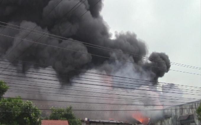 Cột khói đen cao hàng chục mét