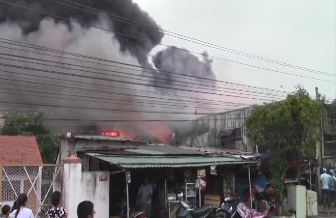 Khu vực nhà dân ngay sát vụ cháy.