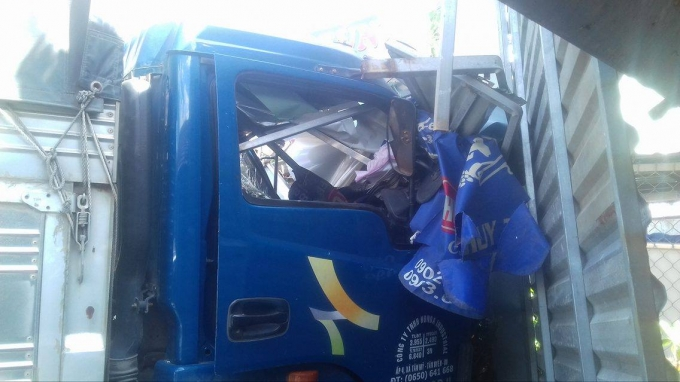 Đầu xe tải biến dạng.