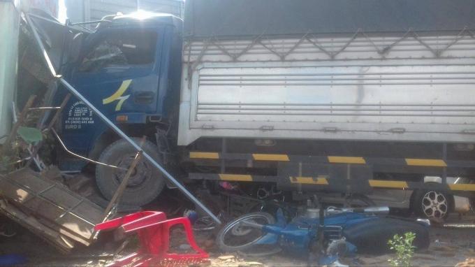 Xe máy bị cuốn vào gầm xe tải.