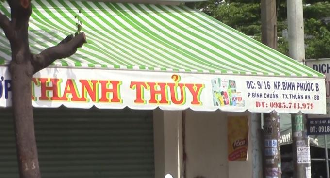 Trước cửa tiệm tạp hóa nơi xảy ra vụ TNGT.