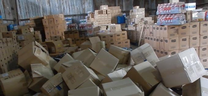 Rất nhiều loại mỹ phẩm với số lượng rất lớn được tìm thấy trong kho.