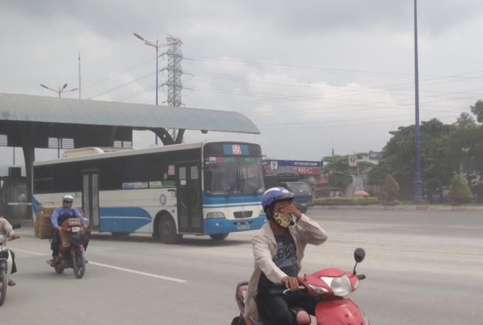 Người đi đường phải bịt khẩu trang, che kín để tránh bão bụi.