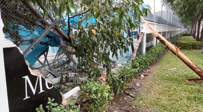 Một đoạn tường của công ty TNHH Mercedes - Benz Việt Nambị tông đổ sập